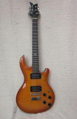 Dean Gitarre mit eingeleimtem Hals wie Humbuckermodell, aber Surfstyle-Shape trotz Humbucker-Schaltung